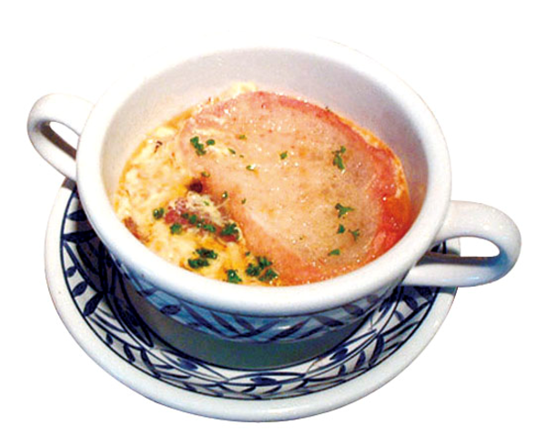 温かい卵入りニンニクスープ